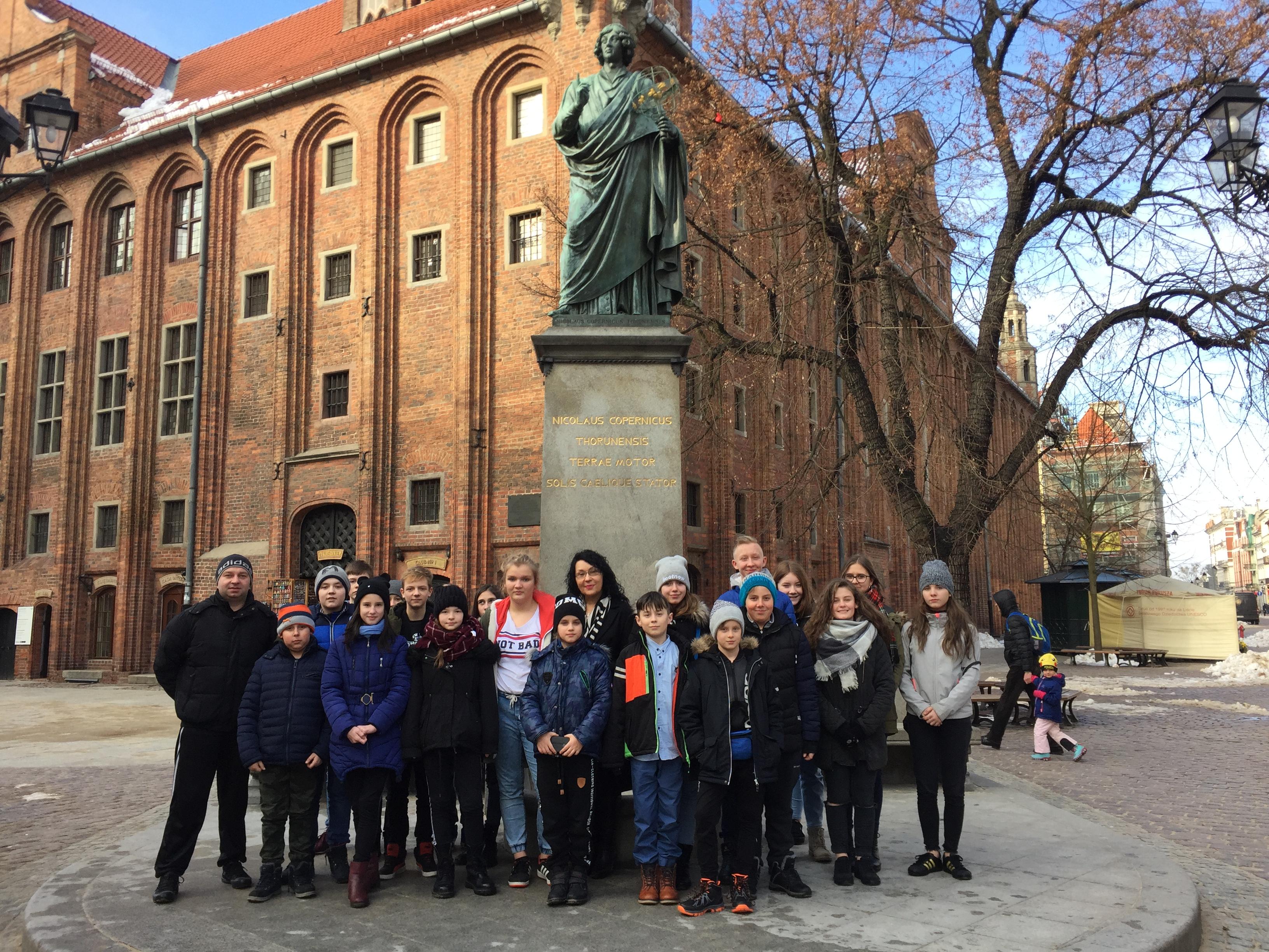 Ilustracja do informacji: Uczniowie ze szkoły w Tylicach na wycieczce w Toruniu